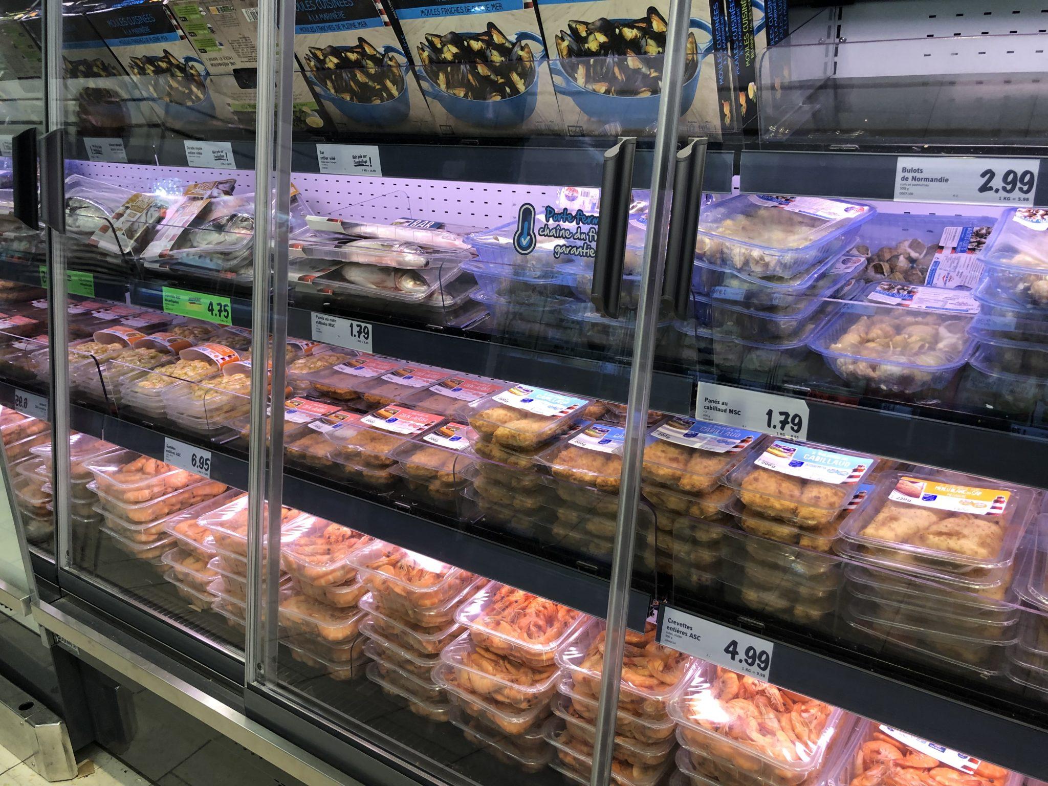 Fischtheke Kühlregal, sehr billige Preise, die Theke ist stark gefüllt
