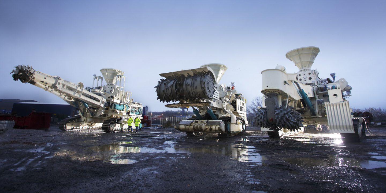 drei riesengroße Maschinen im Watt, die für den Tiefseebergbau eingesetzt werden