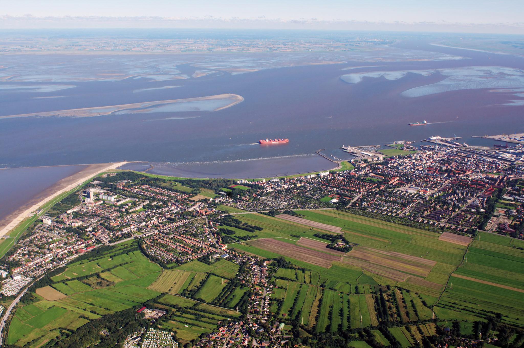 EIne Luftaufnahme von Cuxhaven und der Elbmündung