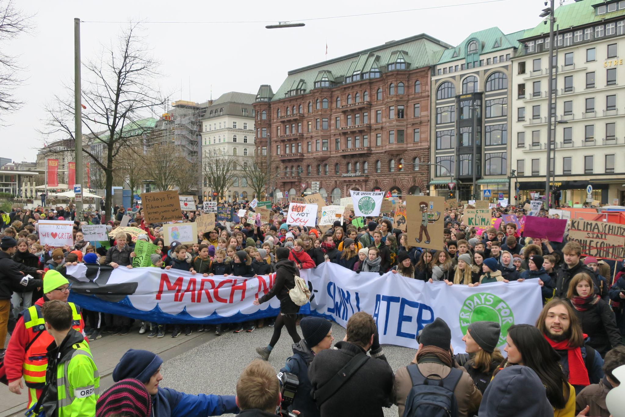 Viele Kinder, darunter Greta Thunberg, demonstrieren mit einem großen Plakat in Hamburg
