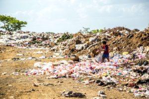 Ein kleiner Junge sucht nach nützlichen Dingen auf einer Müllkippe