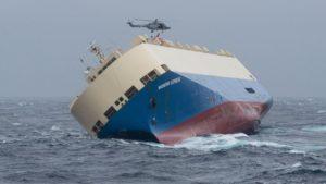 """Das havarierte Schiff """"Modern Express"""" wird im Ozean versenkt."""