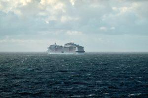 Ein riesiges Kreuzfahrtschiff vom MSC fährt auf dem offenen Meer