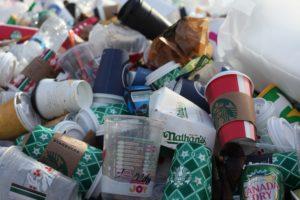 Ganz viele Wegwerfprodukte, wie Coffee-to-go Becher und Essensverpackungen liegen auf einem großen Haufen