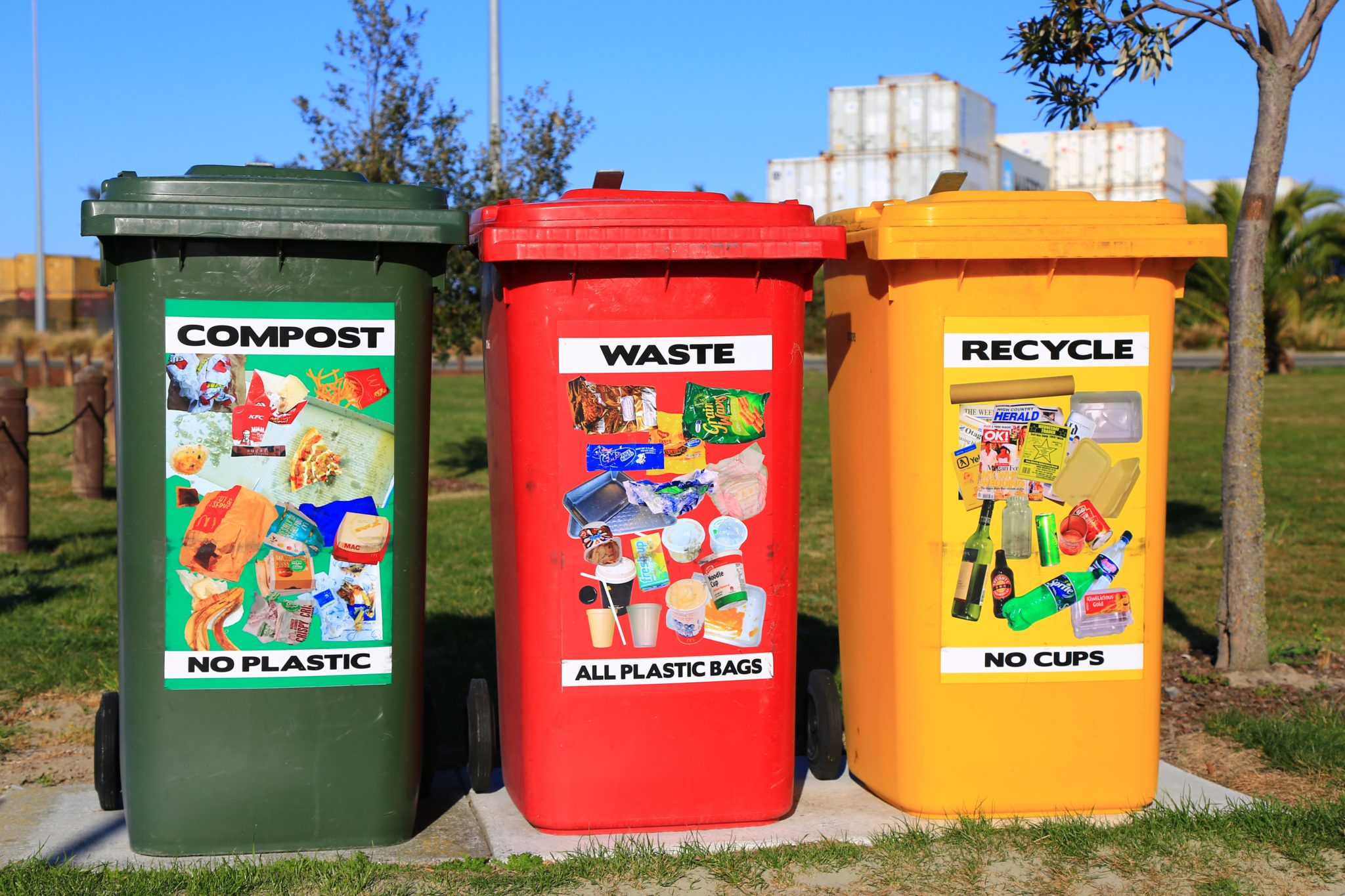 Drei Mülltonnen in grün, rot und gelb für eine richtige Mülltrennung.
