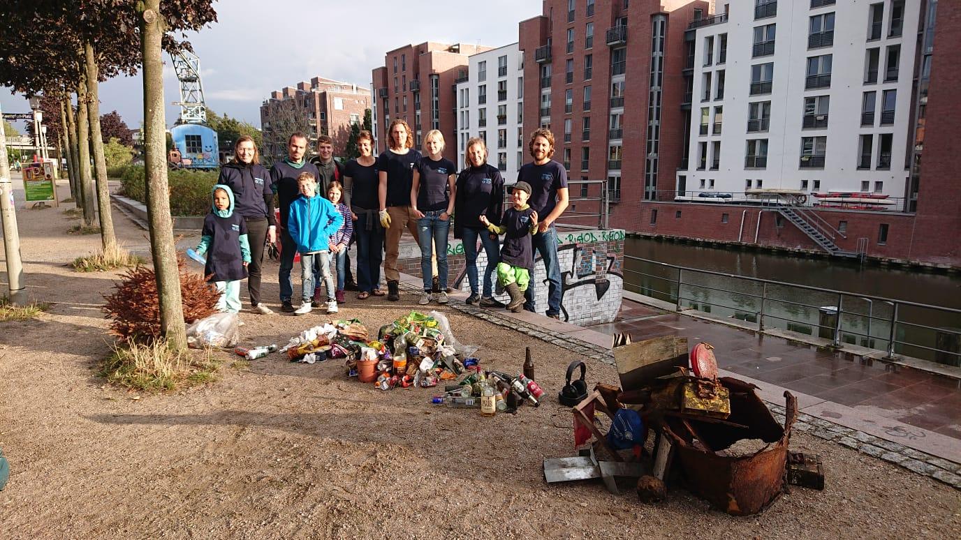 DEEPWAVE Team und Helfer mit der erbeuten Müllsammlung im Vordergrund