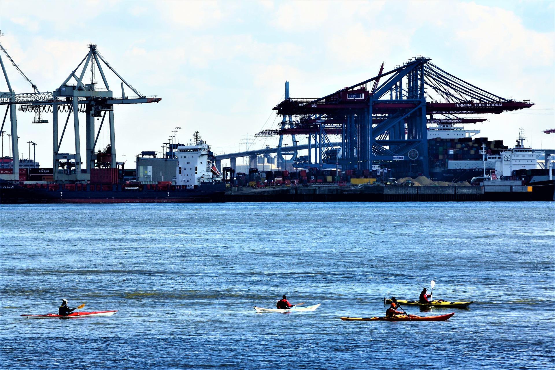 Kanufahrer im Hamburger Hafen auf der Elbe