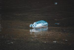 Ein einzelner Wasserkanister treibt an der Wasseroberfläche. Nun wurde auch im Marianengraben Plastik entdeckt