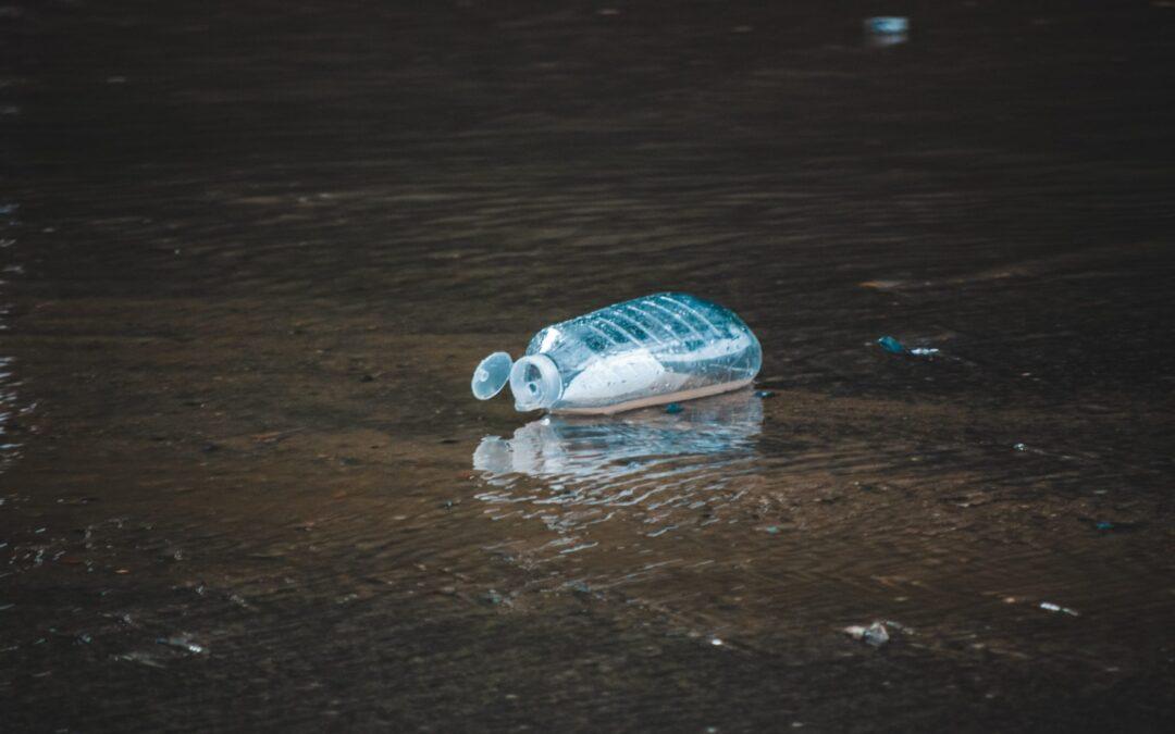 ahmet-hamdi-unsplash-plastikmuell-wasserkanister