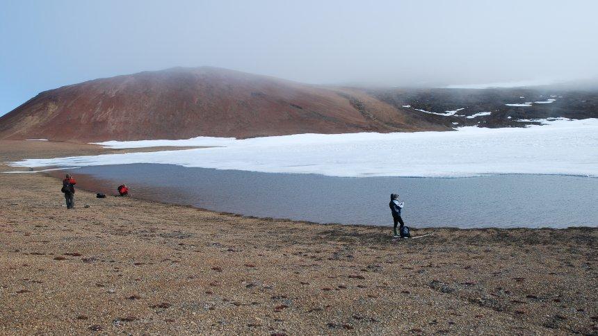 Gezeigt werden 2 Forscher in der kanadischen Arktis auf einer Expedition auf Ellesmere Island