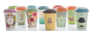 Viele Bambus-Kaffeebecher mit verschiedenen, bunten Aufdrucken stehen nebeneinander