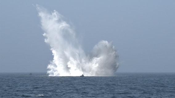 Auf dem offenen Meer hat gerade eine Exlpsosion stattgefunden. Eine riesige Wasserfontäne schießt aus dem Wasser