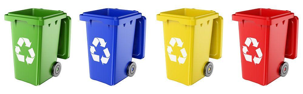 Das Bild zeigt vier Mülltonnen: Die erste Mülltonne (von links ausgehend) ist grün, die zweite blau, die dritte gelb und die vierte rot. Auf den Tonnen befindet sich jeweils ein weißes Recyclingzeichen