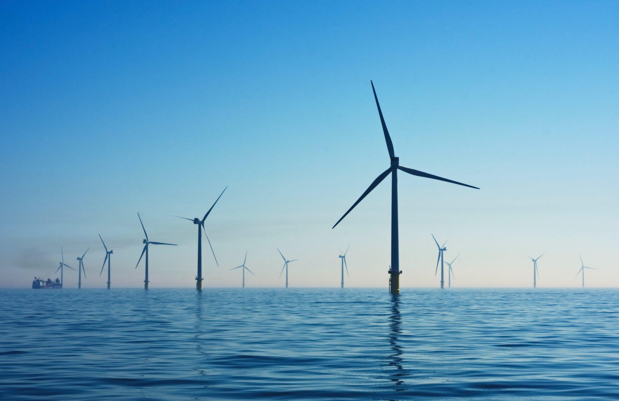 Eine Offshore-Windenergieanlage, der Himmel ist blau
