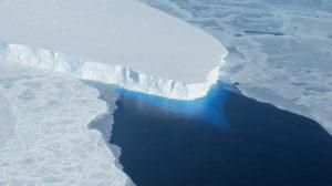 Gletscheransicht mit Meerblick aus der Vogelperspektive