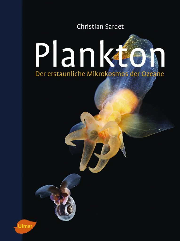 """Cover des Buchs """"Plankton"""" von Christian Sardet mit Planktonabbildung auf schwarzem Hintergrund."""
