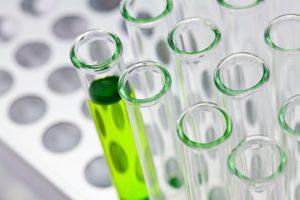 Reagenzgläser, in einem Reagenzglas ist eine durchsichtige, grüne Flüssigkeit