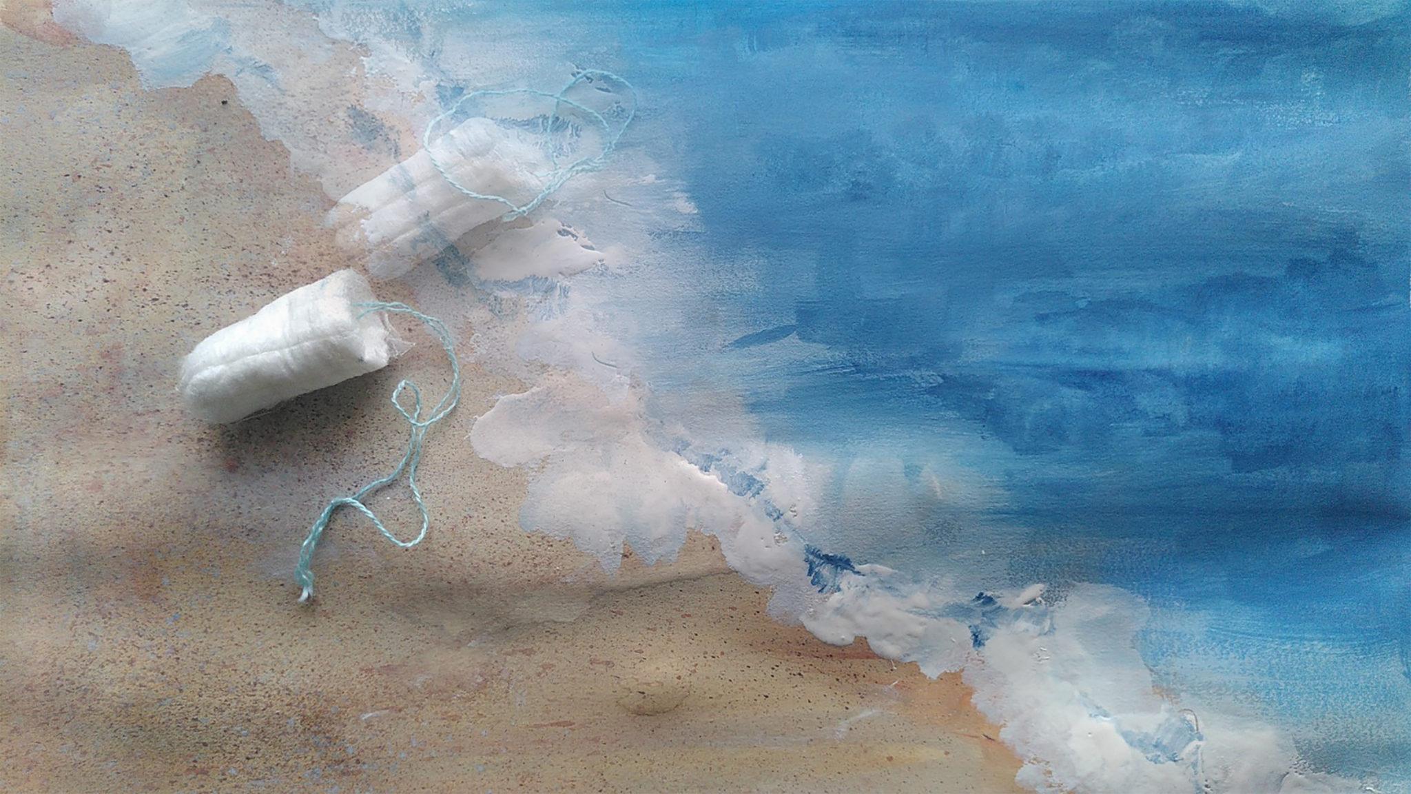 Zeichnung eines Strandes von oben mit Wellensaum, an dem ein Tampon liegt, der Tampon ist als Foto dazugefügt, mit einem zweiten Tampon, der sich ins Meer auflöst