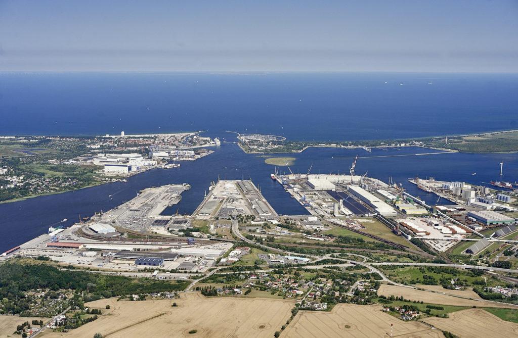 Aufnahme des Hafens von Rostock aus der Vogelperspektive. Am oberen Ende endet verschwindet der Horizont im Mee.