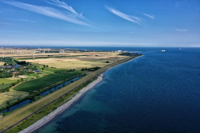 Luftaufnahme von der Küste Fehmarns, mit blauem Wasser und blauem Himmel.