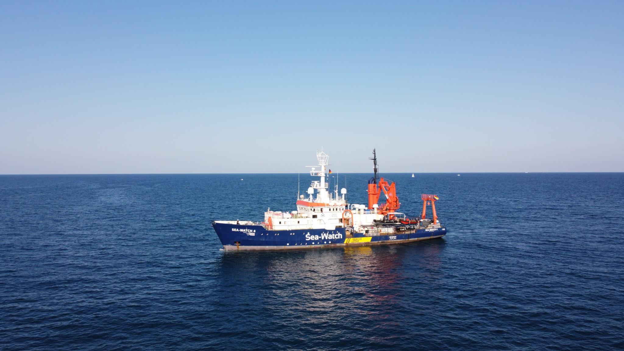 Die Sea-Watch 4 fährt auf offener See zu einer Flüchtlingsrettungsmission