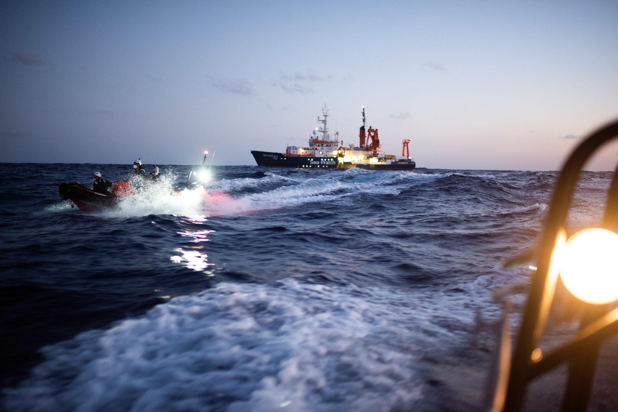 Das ehemalige Forschungschiff Poseidon, dass nun unter dem Namen Sea-Watch 4 Flüchtlinge in Seenot im Mittelmeer rettet ist auf hoher See zu sehen. Das Foto wurde aus einem Schlauchboot aufgenommen. Ein zweites Schlauchboot mit Einsatzkräften in Arbeit ist zu sehen
