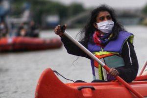 Tonny Nowshin sitzt in einem Kanu bei der Protestaktion gegen das neue Kohlekraftwerk Datteln 4