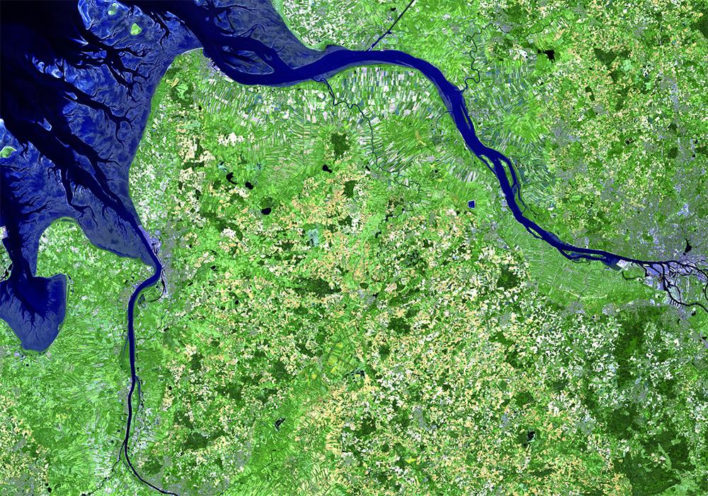 Eine Luftaufnahme von dem Nordseeästuar, von der Mündung in die Nordsee bis nach Hamburg.