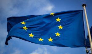 Vor blauem Himmel weht die Flagge der EU