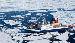 Luftaufnahme des Forschungsschiffs Polarstern