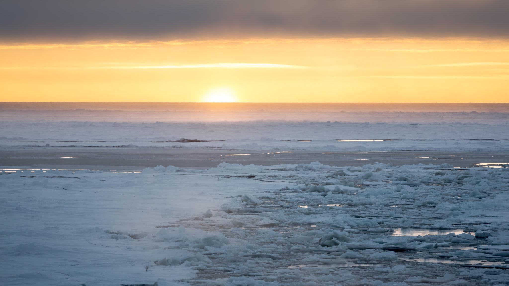 Blick auf arktisches Meereis bei Sonnenaufgang