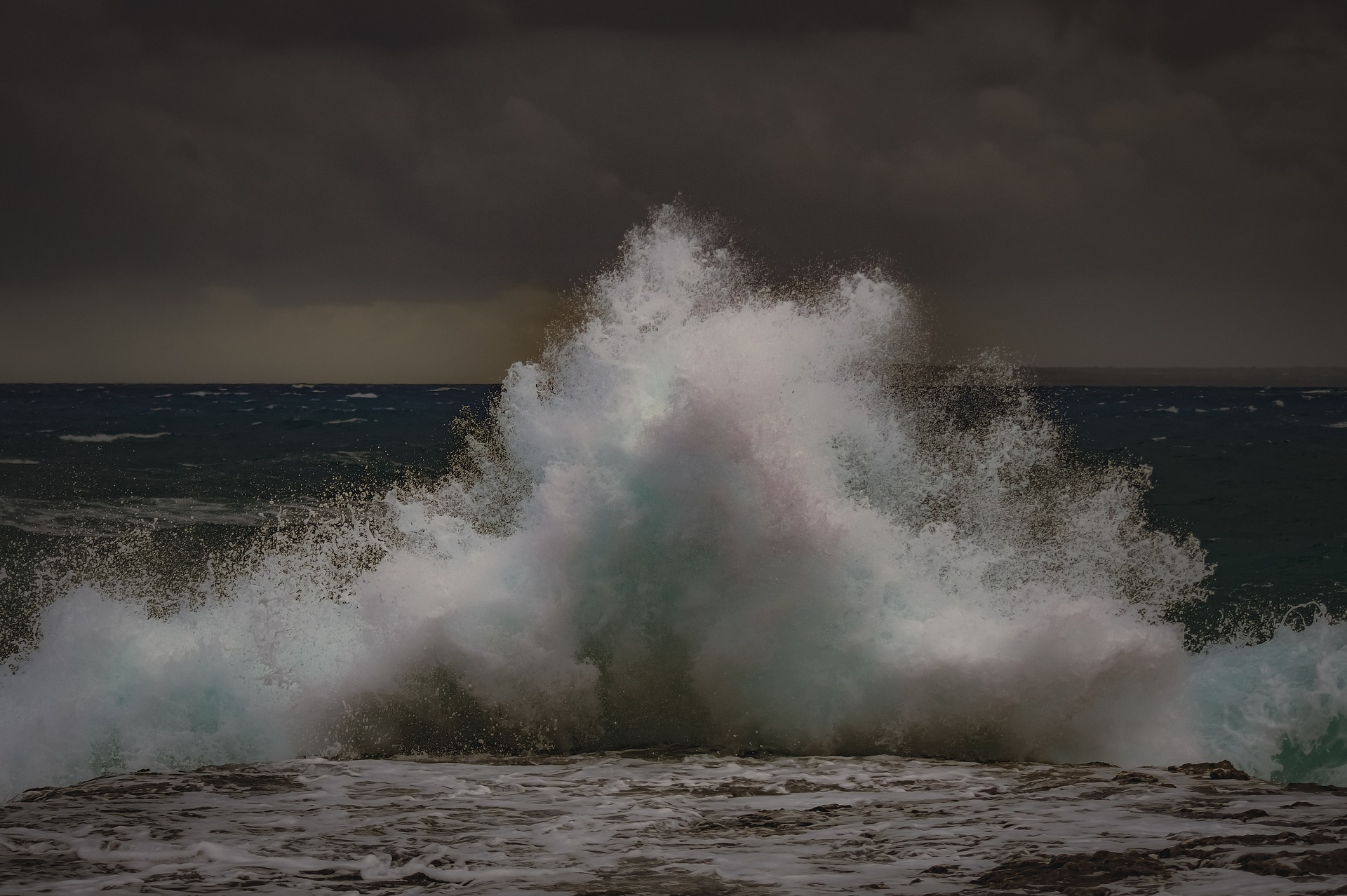 Eine große Welle bricht über der Meer