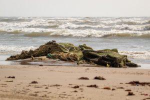 Ein großes Fischernetz wurde an einem Strand angespült