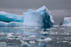 Ein großer Eisberg schwimmt in der Antarktis
